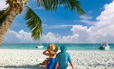 couple profitant de sa lune de miel sur une belle plage